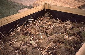 Hochbeet bauen - die Füllung beginnt mit grobem Material und wird nach oben immer feiner.
