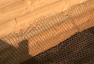 Hochbeet mit Maschendraht gegen Wühlmäuse schützen